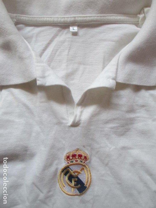 Coleccionismo deportivo: CAMISETA POLO REAL MADRID CON AUTOGRAFOS IMPRESOS TALLA L - Foto 2 - 195295616