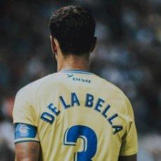 Coleccionismo deportivo: EL FUTBOLISTA ALBERTO DE LA BELLA NOS DONA UNA CAMISETA DE LA UD LAS PALMAS. Lote 211265729