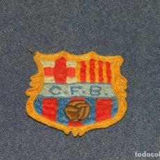 Coleccionismo deportivo: (M) ESCUDO BORDADO FC BARCELONA AÑOS 60, ESCUDO DE CAMISETA, 6X6CM, SEÑALES DE USO NORMALES. Lote 232270405