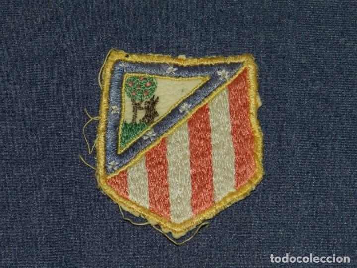 ESCUDO BORDADO AT MADRID AÑOS 40, ESCUDO PARA CAMISETA, 8,5X7CM, SEÑALES DE USO NORMALES (Coleccionismo Deportivo - Ropa y Complementos - Camisetas de Fútbol)