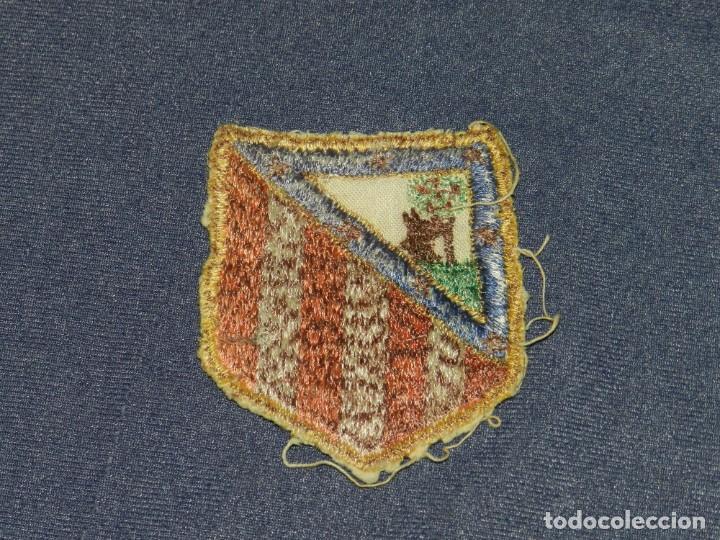 Coleccionismo deportivo: ESCUDO BORDADO AT MADRID AÑOS 40, ESCUDO PARA CAMISETA, 8,5X7CM, SEÑALES DE USO NORMALES - Foto 2 - 232270720