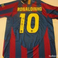 Coleccionismo deportivo: RONALDINHO CAMISETA BARCELONA FINAL DE PARIS 2006 FIRMADA CON COA. Lote 246555090