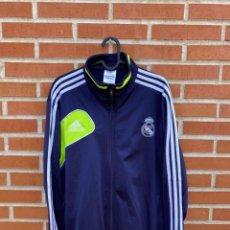 Coleccionismo deportivo: CHAQUETA FÚTBOL ORIGINAL/OFICIAL REAL MADRID. Lote 260329475