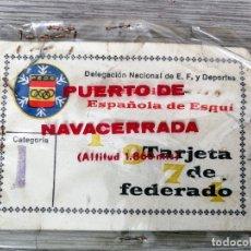 Coleccionismo deportivo: FEDERACIÓN ESPAÑOLA DE ESQUI - FEDERADO - FEDERACIÓN CASTELLANA - CON FUNDA DEL PUERTO NAVACERRADA. Lote 113112639