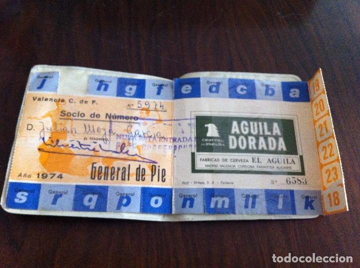 Coleccionismo deportivo: Antiguo Pase Valencia Club de Fútbol. Año 1974. Patrocinado por Cerveza Águila Dorada - Foto 6 - 118709827