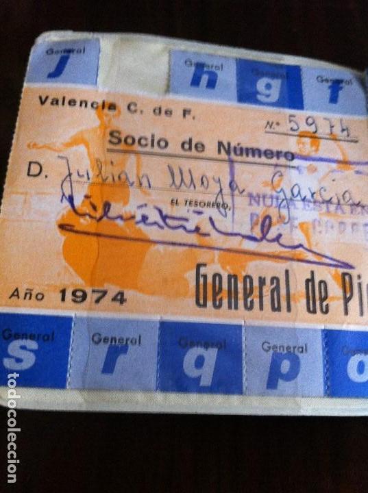 Coleccionismo deportivo: Antiguo Pase Valencia Club de Fútbol. Año 1974. Patrocinado por Cerveza Águila Dorada - Foto 5 - 118709827