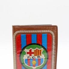 Coleccionismo deportivo: FUNDA PARA CARNET DE SOCIO FÚTBOL CLUB BARCELONA, CON FOTO ESTILO PIN UP EN EL REVERSO. . Lote 173609865