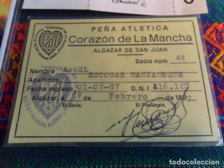 Coleccionismo deportivo: CARNET SOCIO PEÑA ATLÉTICA CORAZÓN DE LA MANCHA 1987 ATLÉTICO MADRID, RECIBO MENSUAL 1986 Y REGALO. - Foto 2 - 253911045