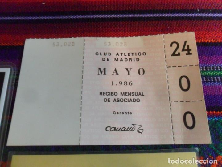 Coleccionismo deportivo: CARNET SOCIO PEÑA ATLÉTICA CORAZÓN DE LA MANCHA 1987 ATLÉTICO MADRID, RECIBO MENSUAL 1986 Y REGALO. - Foto 4 - 253911045