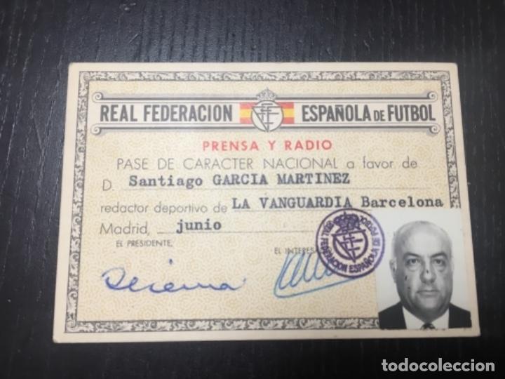 CARNET REAL FEDERACION ESPAÑOLA DE FÚTBOL - PRENSA Y RADIO LA VANGUARDIA 1964 (Coleccionismo Deportivo - Documentos de Deportes - Carnet de Socios)