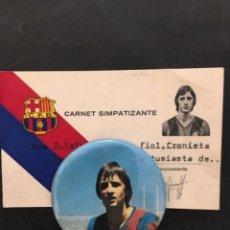 Coleccionismo deportivo: CARNET SIMPATIZANTE FUTBOL CLUB BARCELONA 1969 CON CHAPA JOHAN CRUYFF. Lote 268859724