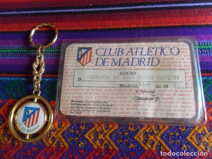 ATLÉTICO DE MADRID 1983 CARNET SOCIO RECIBO ANUAL DE ASOCIADO FUNDA PROTECTORA. REGALO LLAVERO. RARO (Coleccionismo Deportivo - Documentos de Deportes - Carnet de Socios)