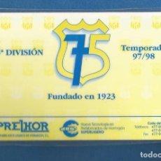 Collezionismo sportivo: CARNET FULBOL NUMERARIO COLABORADOR TEMPORADA 97-98 75 ANIVERSARIO CORIA DEL RIO (SEVILLA). Lote 287064018