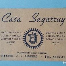 Cartas comerciales: ANTIGUA TARJETA COMERCIAL PUBICITARIA CASA SAGARRUY MAQUINAS DE COSER VINTAGE AÑOS 40 VELARDE MADRID. Lote 108833331