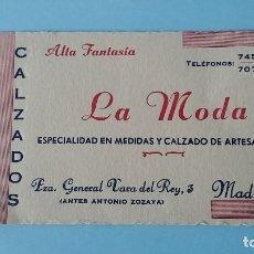 Cartas comerciales: TARJETA COMERCIAL PUBLICITARIA CALZADOS LA MODA ESPECIALIDAD EN MEDIDAS AÑOS 40 MADRID VINTAGE.. Lote 108837411