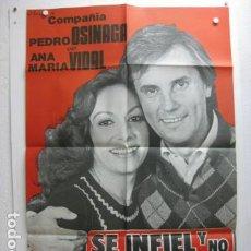 Carteles Espectáculos: SE INFIEL Y NO MIRES CON QUIEN - POSTER CARTEL ORIGINAL TEATRO PEDRO OSINAGA ANA MARIA VIDAL. Lote 198561475