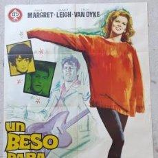 Carteles Espectáculos: CARTEL DE CINE UN BESO PARA BIRDIE, DE 1964. Lote 243578865