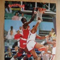 Coleccionismo deportivo: POSTER NBA OLAJUWON (ROCKETS) Y BENOIT BENJAMIN (CLIPPERS) - NBA BASKET REVISTA GIGANTES. Lote 21817505