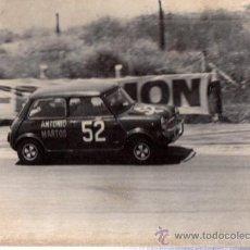 Coleccionismo deportivo: FOTOGRAFÍA A. MARTOS EN UNA SUBIDA, AUTOMOVILISMO, 24X18CM, FOTO ORIGINAL IBAÑEZ, 1971. Lote 33087861