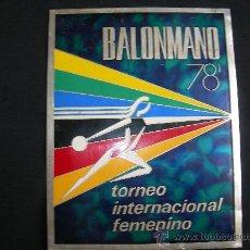 Coleccionismo deportivo: BONITO CARTEL EN CHAPA (GRUESA) BALONMANO 78´ TORNEO INTERNACIONAL FEMENINO. Lote 36075756