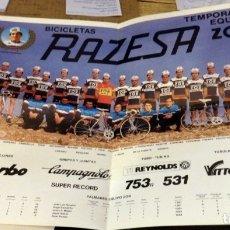 Coleccionismo deportivo: POSTER CARTEL DEL EQUIPO DE CICLISMO ZOR BICICLETAS RAZESA DE 1985 VUELTA CICLISTA A ESPAÑA AÑOS 80. Lote 174087519
