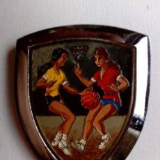 Coleccionismo deportivo: PLACA DE METAL ESMALTADA,CURSO BALONCESTO FEMENINO,AÑOS '70 (6,4CM. X 4,7CM.). Lote 177863142