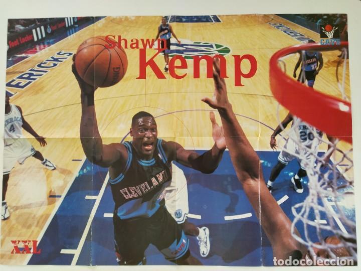 Coleccionismo deportivo: LOTE 13 PÓSTERS GIGANTES NBA AÑOS 90/00 (REVISTA XXL BASKET) - KOBE BRYANT, GARNETT, EWING, CARTER.. - Foto 8 - 190095851