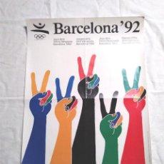 Coleccionismo deportivo: OLIMPIADA BARCELONA 92, VICTORIA CINCO CONTINENTES CARTEL OFICIAL JUEGOS. MED. 50 X 70 CM. Lote 194363478