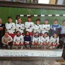 Coleccionismo deportivo: FOTO CARTEL ENMARCADA ALLERRU BALONMANO 77-78 / CAMPEONES 1ª CATEGORIA PROVINCIAL . Lote 195146513