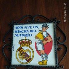 Coleccionismo deportivo: LADRILLO REAL MADRID, DICE - AQUI VIVE UN HINCHA DELO MADRID - ENMARCADO HIERRO VER FOTOS. Lote 205802503