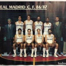 Coleccionismo deportivo: REAL MADRID C.F. 86/87 (BALONCESTO). POSTER OFICIAL DEL PLANTILLA CON AUTÓGRAFOS EDITADOS.. Lote 212409676