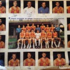 Coleccionismo deportivo: SELECCION NACIONAL DE BALONCESTO 1985 - POSTER/ PEGATINA 31X26CM.. Lote 214106230