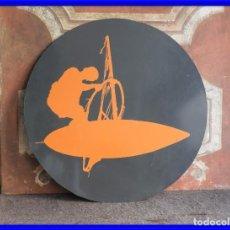 Coleccionismo deportivo: DECORATIVA CHAPA DE METAL CON MOTIVO DE SURF. Lote 217501873