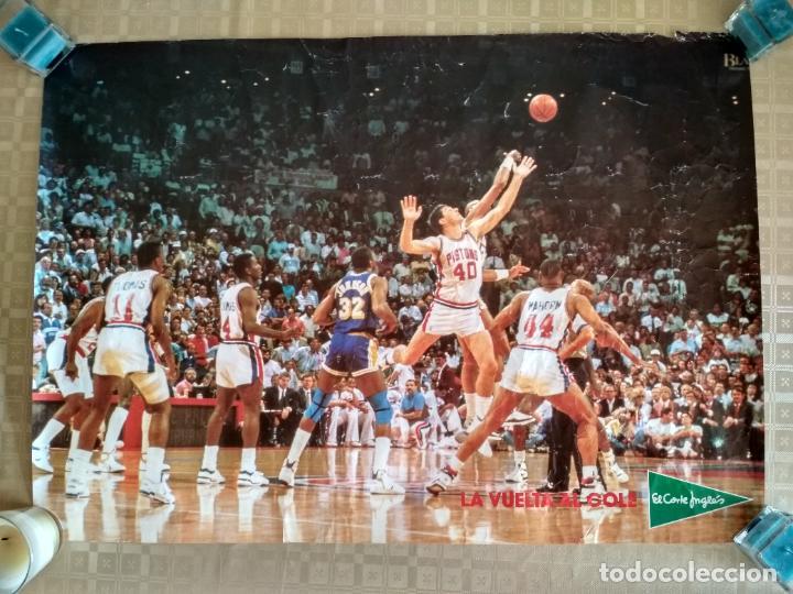POSTER NBA VINTAGE AÑOS 80 PUBLICIDAD LA VUELTA AL COLE ELCORTEINGLES PISTONS LAKERS (Coleccionismo Deportivo - Carteles otros Deportes)