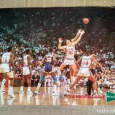 Coleccionismo deportivo: POSTER NBA VINTAGE AÑOS 80 PUBLICIDAD LA VUELTA AL COLE ELCORTEINGLES PISTONS LAKERS. Lote 238250320