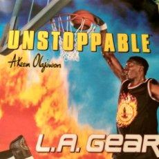 Coleccionismo deportivo: POSTER NBA VINTAGE AÑOS 80 PUBLICIDAD L.A. GEAR AKEEM HAKEEM OLAJUWON HOUSTON ROCKETS. Lote 238250890