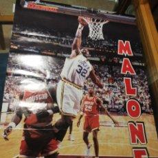 Coleccionismo deportivo: FIBA BASKETBALL, MALONE, NBA AÑOS 90,GRAN POSTER 58 CM X 82 CM.. Lote 255658370