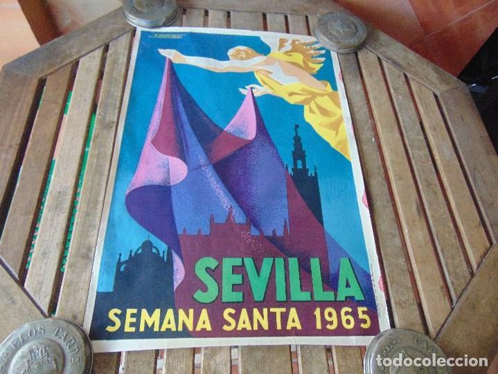CARTEL DE LA SEMANA SANTA DE SEVILLA AÑO 1965 MIDE 46 X 68 CM LEER Y MIRAR FOTOS (Coleccionismo - Carteles Gran Formato - Carteles Ferias, Fiestas y Festejos)