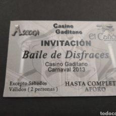 Carteles Feria: ENTRADA INVITACION BAILE DE DISFRACES EN EL CASINO GADITANO - CARNAVAL 2013. Lote 202373200