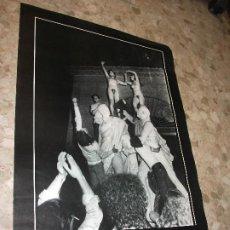 Cartazes Feira: CARTEL DE LAS FIESTAS DE MADRID 2 DE MAYO 1977 FOTO EQUIPO YETI 1978 DESNUDO EN LA ESTATUA - MOVIDA. Lote 275217103