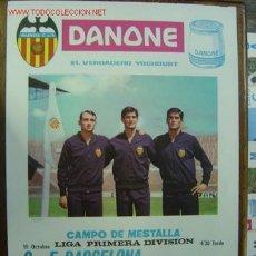 Coleccionismo deportivo: CARTEL DE FUTBOL - LIGA 1ª DIVISION - VALENCIA C.F. - F.C. BARCELONA, R.S.G. TORRELAVEGA - AÑO 1967. Lote 129145258
