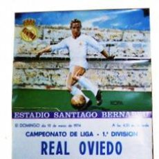 Coleccionismo deportivo: CARTEL DEL ESTADIO SANTIAGO BERNABEU. REAL OVIEDO- REAL MADRID C. DE FUTBOL. 1974. . Lote 23143062
