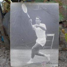 Coleccionismo deportivo: GRAN CARTEL-FOTO, UNICA DE MANOLO SANTANA, CON EL ESCUDO DEL REAL MADRID, 136X101. FIRMADA. Lote 22958365