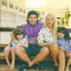 Coleccionismo deportivo: DIEGO ARMANDO MARADONA: MINIPÓSTER CON SU FAMILIA. Lote 35848849
