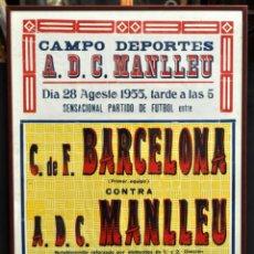 Coleccionismo deportivo: CARTEL FÚTBOL DEL C.F. BARCELONA - A.D.C. MANLLEU. AGOSTO DE 1955. GRAN FORMATO. BARÇA.. Lote 39772942