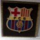 Coleccionismo deportivo: ANTIGUO ESCUDO DEL F.C.BARCELONA TEJIDO A MANO SOBRE TABLA DE MADERA FORRADA.. Lote 40301103