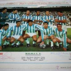 Coleccionismo deportivo: HOJA DE REVISTA TRASERA CON POSTER DEL MALAGA C. F. LIGA 67-68 CON FIRMAS. Lote 41784383