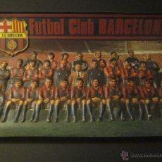 Coleccionismo deportivo: BARCELONA AÑO 1981 - POSTER PLASTICO REPUJADO FORMA JUGADORES - MIDE 41 X 61 CM . Lote 43986845
