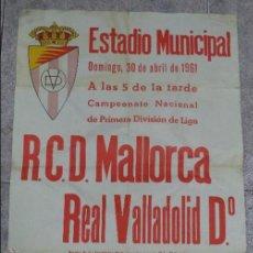 Coleccionismo deportivo: CARTEL DE FUTBOL. R.C.D. MALLORCA - REAL VALLADOLID. 43 X 63CM. ESTADIO MUNICIPAL. 1961.. Lote 50118438
