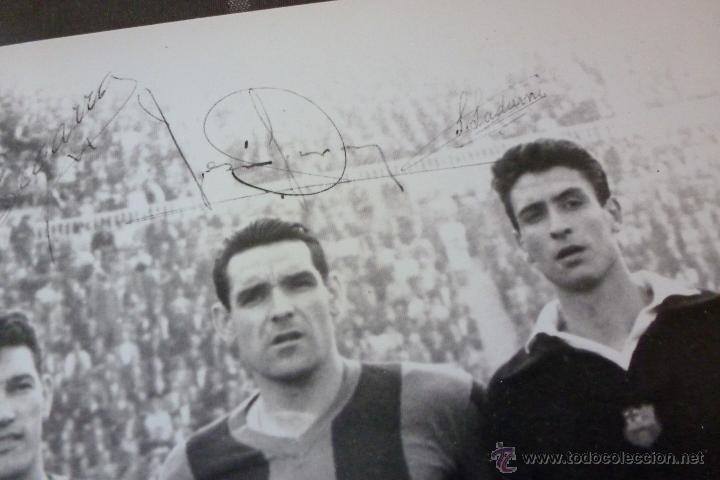 Coleccionismo deportivo: GRAN FOTO F.C.BARCELONA TEMP 1960-61 (30CM X 40CM) ALINEACIÓN BARÇA CON FIRMAS DE JUGADORES-FOTOS - Foto 2 - 51145687